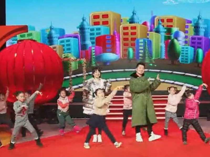 八八空间学员与红果果绿泡泡同台表演《健康歌》