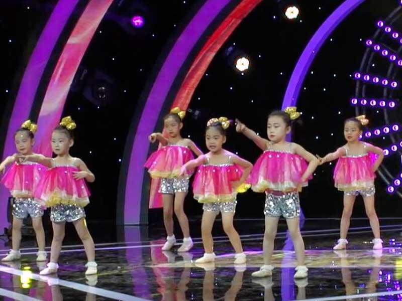 儿童舞蹈视频《不上你的当》CCTV-15《广场舞金曲》节目播出