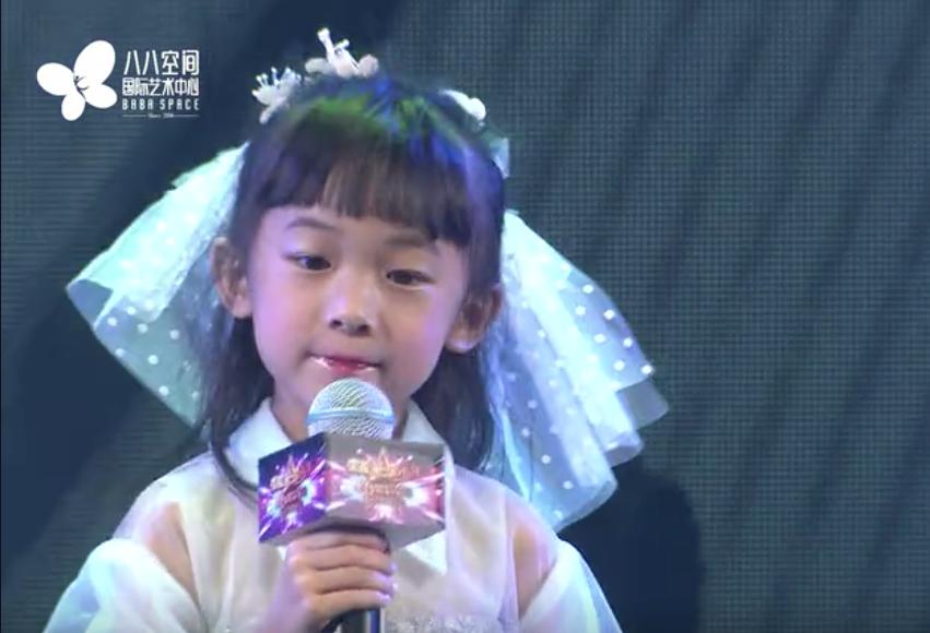 5岁萌娃罗云曦翻唱《猫的我》,这个小步伐太可爱了~